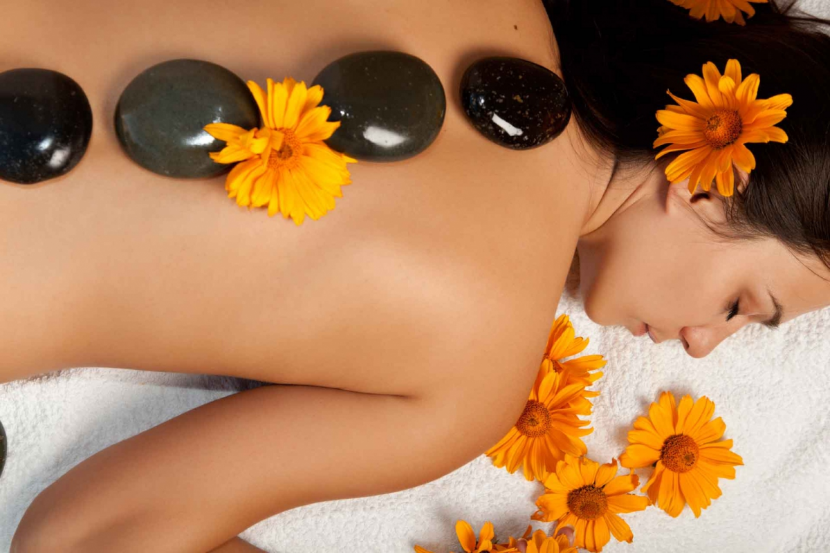 6 Benefits of a Hot Stone Massage in Charlotte